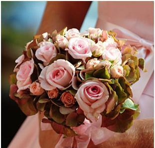 В декоративном стиле особенно выразительно смотрятся цветы симметричной формы - такие, как крупноцветная хризантема...