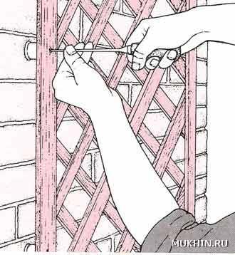 Прикрутите решетку к стене шурупами