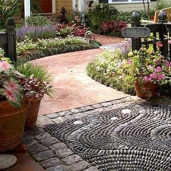Садовой дорожки с узором из мозаики