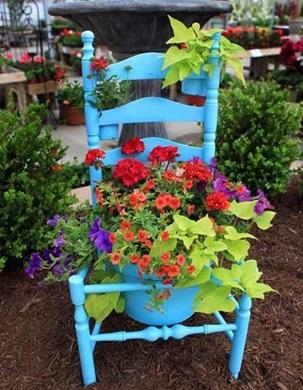 Старые вещи – отличный декор для сада