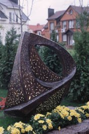 Росла в саду скамейка